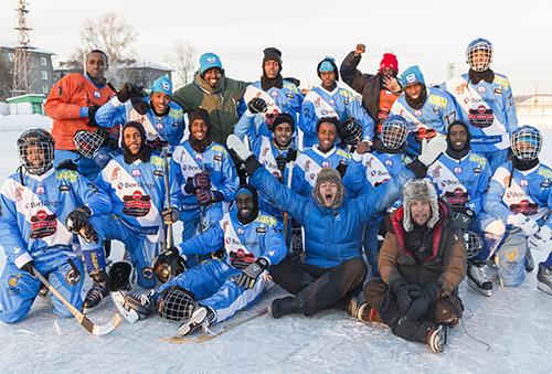 Somaliska bandylandslaget, Filip Hammar & Fredrik Wikingsson. Foto: Skogkvist. Svensk Filmindustri 2015